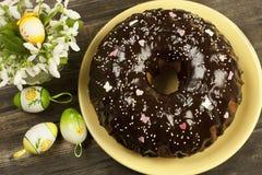 Todavía de Pascua vida con la torta y las flores Imagenes de archivo
