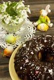Todavía de Pascua vida con la torta y las flores Foto de archivo libre de regalías