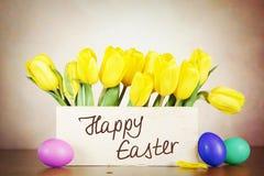 Todavía de Pascua vida con las flores hermosas del tulipán y los huevos coloreados Imagen de archivo libre de regalías