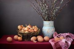 Todavía de Pascua vida con las ramas y los huevos del sauce Fotografía de archivo libre de regalías