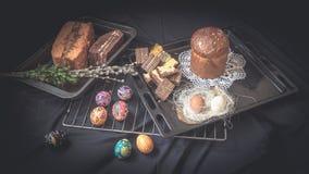 Todavía de Pascua vida con los elementos tradicionales del día de fiesta Foto de archivo
