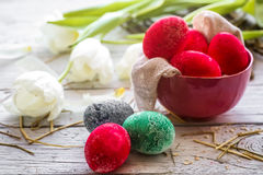 Todavía de Pascua vida con los huevos coloreados y los tulipanes blancos Foto de archivo libre de regalías