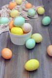 Todavía de Pascua vida con los huevos coloridos en el suelo de madera Fotografía de archivo