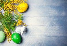 Todavía de Pascua vida con los huevos de la mimosa de la rama Foto de archivo