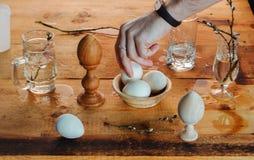 Todavía de Pascua vida con los huevos en estilo rústico, Fotos de archivo