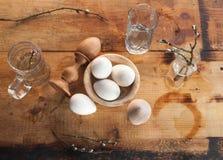 Todavía de Pascua vida con los huevos en un estilo rústico, Fotos de archivo