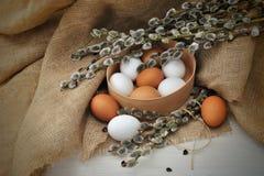 Todavía de Pascua vida con los huevos y las ramas en una arpillera Imágenes de archivo libres de regalías