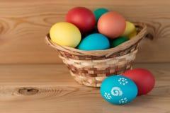 Todavía de Pascua vida en tablones de madera naturales hermosos Imágenes de archivo libres de regalías