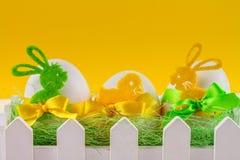 Todavía todavía de Pascua vida, postal - vida rústica con los huevos de Pascua, que se cercan con la cerca blanca Fotos de archivo libres de regalías