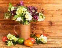 Todavía de Pascua vida rústica Los huevos de Pascua, Hellebore de los flores florecen en jarro rústico Imagen de archivo