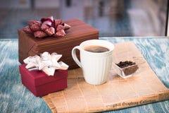 Todavía de RFestive vida con regalos, una taza, un florero y un periódico Fotografía de archivo libre de regalías