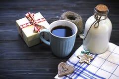 Todavía de RFestive vida con una botella, una taza, galletas, una caja Foto de archivo