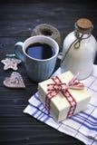 Todavía de RFestive vida con una botella, una taza, galletas, una caja Imagen de archivo libre de regalías