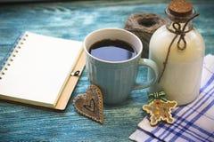 Todavía de RFestive vida con una botella, una taza, un cuaderno Fotografía de archivo libre de regalías