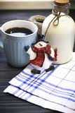 Todavía de RFestive vida con una botella, una taza, un muñeco de nieve Imagenes de archivo