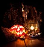 Todavía de Víspera de Todos los Santos vida Calabaza asustadiza de Halloween, seta, velas Fotos de archivo libres de regalías