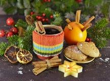 Todavía del aroma vida con la taza, la vela y las especias hechas punto Foto de archivo libre de regalías