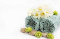 Todavía del balneario ajuste de la vida con las toallas, las piedras del masaje y las flores, Fotografía de archivo libre de regalías