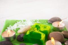 Todavía del balneario vida con el jabón de la sal, de piedra y verde Foto de archivo
