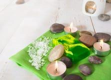 Todavía del balneario vida con el jabón de la sal, de piedra y verde con la lámpara del aroma Fotos de archivo libres de regalías