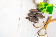 Todavía del balneario vida con el jabón de la sal, de piedra y verde con la lámpara del aroma Imágenes de archivo libres de regalías