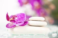 Todavía del balneario vida con la orquídea rosada y el ZEN Stone blanco Foto de archivo