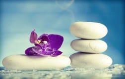 Todavía del balneario vida con la orquídea rosada y el ZEN Stone blanco Fotografía de archivo