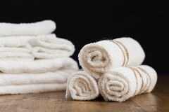 Todavía del balneario vida con la toalla - Imagen fotografía de archivo libre de regalías