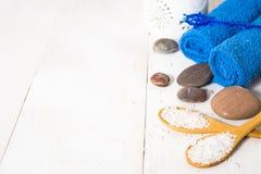Todavía del balneario vida con la toalla, la sal y las piedras Imagen de archivo