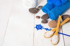 Todavía del balneario vida con la toalla, la sal y las piedras adornadas con el ancla Fotografía de archivo