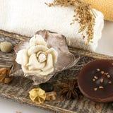 Ajuste del balneario con las toallas y la vela Imagen de archivo libre de regalías
