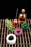 Todavía del balneario vida con las velas aromáticas en fondo negro Fotografía de archivo libre de regalías
