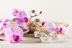Todavía del balneario vida con las velas aromáticas, flor de la orquídea Imágenes de archivo libres de regalías