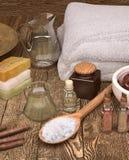 Todavía del balneario vida con las velas, el seasalt y los productos del balneario Foto de archivo libre de regalías