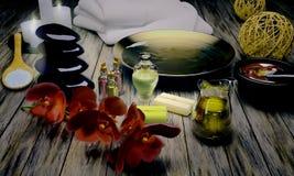 Todavía del balneario vida con las velas y las flores ardientes Imágenes de archivo libres de regalías