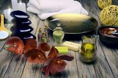 Todavía del balneario vida con las velas y las flores ardientes Imagen de archivo libre de regalías