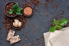 Todavía del balneario vida con los granos de café en fondo oscuro Imágenes de archivo libres de regalías