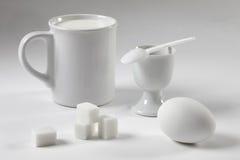 Todavía del blanco vida con una taza y un huevo Imagen de archivo