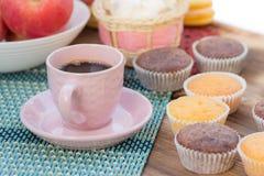 todavía del Café-tiempo vida, taza de café rosada y taza-tortas Fotos de archivo libres de regalías