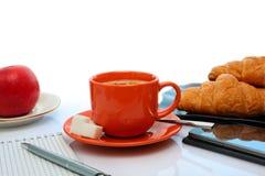 Todavía del café vida con una taza y un teléfono anaranjados Imagenes de archivo