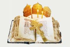 Todavía del cristiano vida con un libro y una crucifixión antiguos abiertos Fotografía de archivo