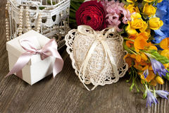 Todavía del día de fiesta vida con las flores y la caja de regalo Fotos de archivo