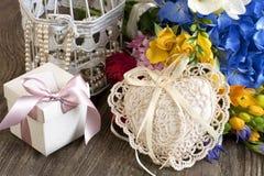 Todavía del día de fiesta vida con las flores y la caja de regalo Fotografía de archivo