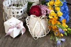 Todavía del día de fiesta vida con las flores y la caja de regalo Fotografía de archivo libre de regalías