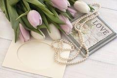 Todavía del día de fiesta vida con los tulipanes y las perlas Fotografía de archivo libre de regalías