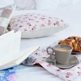 Todavía del desayuno vida con café, los cruasanes y el libro Foto de archivo libre de regalías