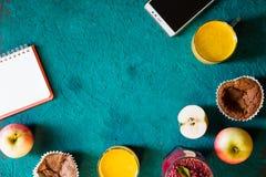 Todavía del desayuno vida con el cuaderno y el móvil en el fondo ciánico horizontal imagenes de archivo