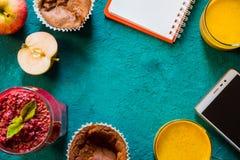 Todavía del desayuno vida con el cuaderno y la visión superior móvil Imagen de archivo libre de regalías
