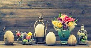 Todavía del estilo vida retra con las flores del tulipán y los huevos de Pascua Vinta Fotos de archivo libres de regalías