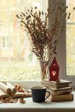 Todavía del hogar vida acogedora: palmatoria y libros en alféizar contra paisaje afuera Días de fiesta del otoño, leyendo concept fotografía de archivo
